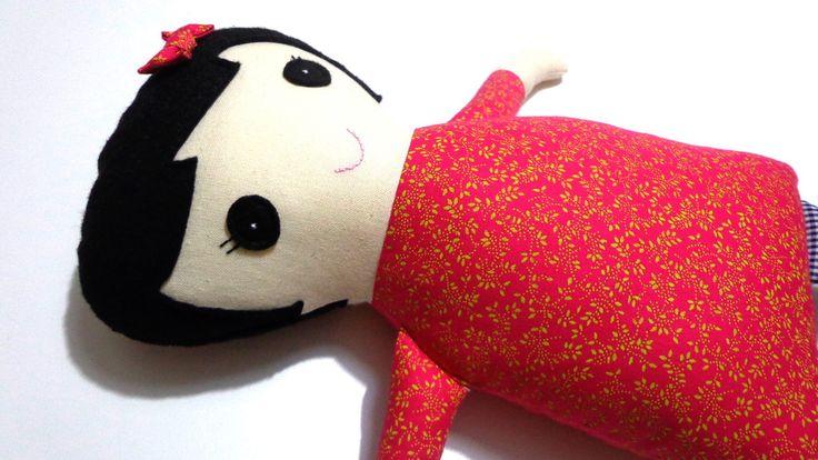 Boneca de pano feita a mão, enchimento anti-alérgico.  Cabelo de feltro, tecido 100% algodão.    Medidas aproximadamente:  45cm compr.  32cm larg. (com braços abertos)  15cm larg. (corpo)  8cm espessura (corpo e cabeça)
