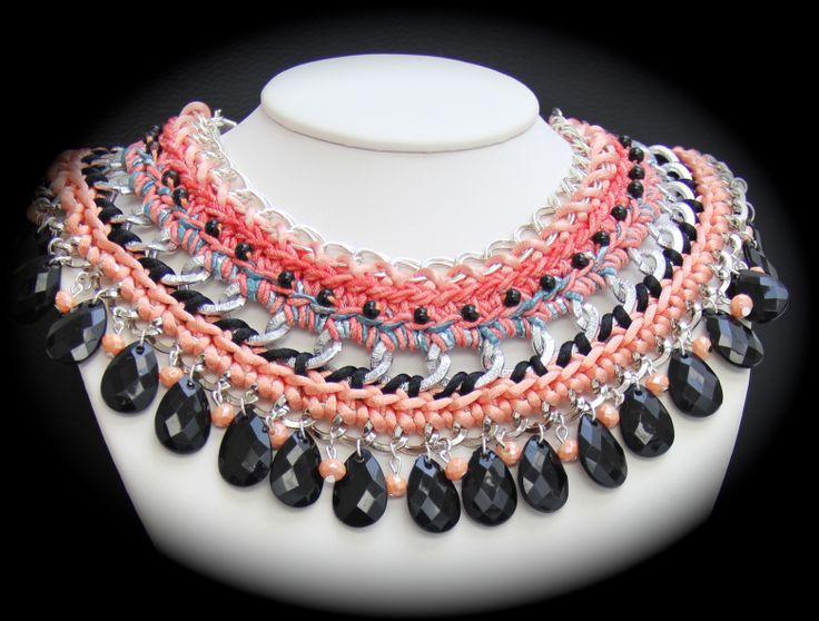 Imponente collar tipo cuello, trabajado en tres secciones con detalles de listones, estambres, perlas, cadenas. Para mujeres con personalidad