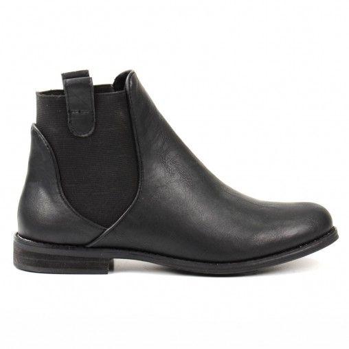 Lekker comfortabele lederlook chelsea boots, ideaal met elke outfit te combineren! Net even anders dan anders: bij deze chelsea boots loopt het elastiek over de hiel door. De schoen is van binnen gevoerd met zacht en ventilerend textiel.