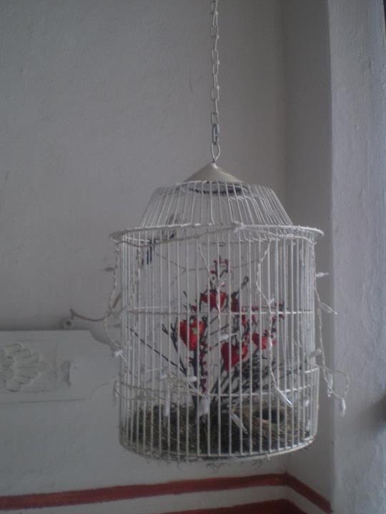 jaula con corazones rojos