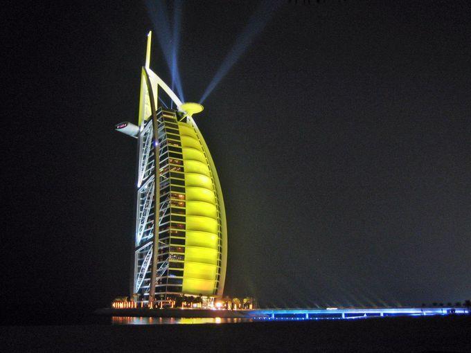 ドバイの7つ星「ブルジュ アル アラブ」で夢の一夜を!全てが2階建てスイートの客室&豪華なプール | アラブ首長国連邦 | トラベルjp<たびねす>