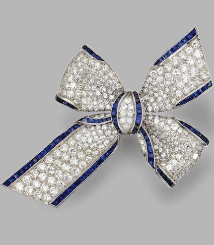 Spilla in oro bianco, diamanti e zaffiri.