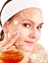 Voor een zelfgemaakte body scrub op basis van zout meng je in een kom 4 eetlepels fijn zout en 2 theelepels olijfolie. Breng de scrub aan op je hele lichaam met cirkelvormige bewegingen. Maak eventueel wat extra scrub, als dat nodig is.Wist je dat?•Deze zelfgemaakte scrub helpt ook tegen sinaasappelhuid. •Als je een erg gevoelige huid hebt, vervang je het zout door fijne suiker...