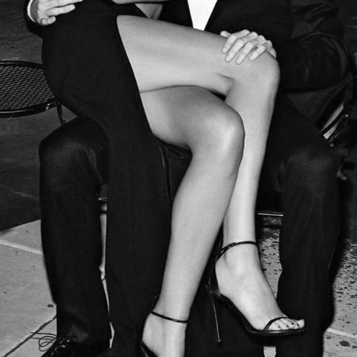 парень целует даме ножки - 10