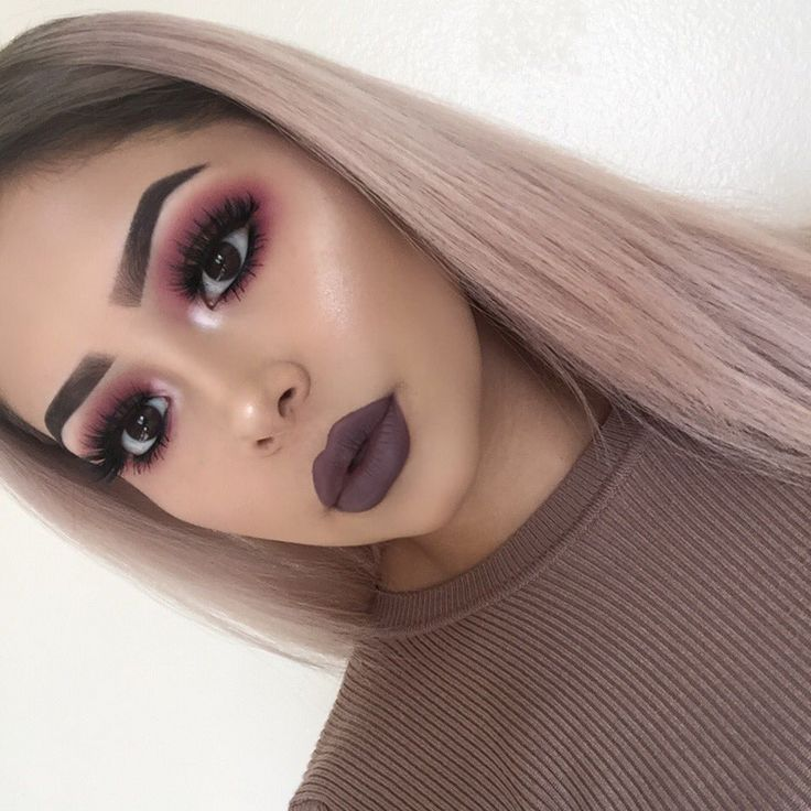 Burgundy eye makeup and dark lips. #makeup #darklips #lipstick Pinterest: Um Toque de Framboesa eye makeup - http://amzn.to/2hGJKkg