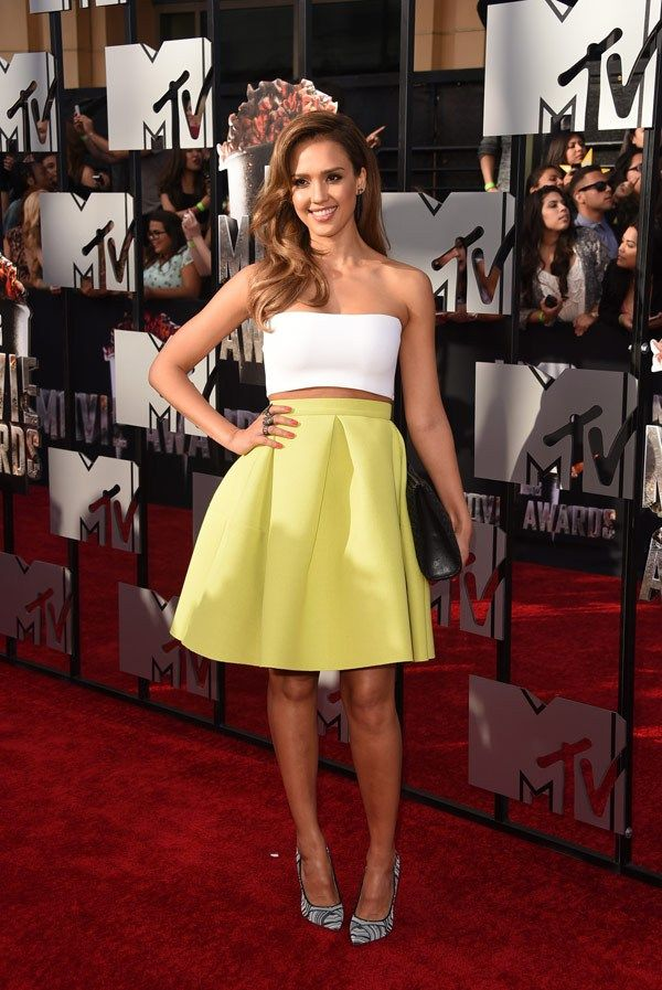 Jessica Alba stuns in this Kenzo skirt, Piece D'anarchive top, Jimmy Choo shoes & Narciso Rodriguez clutch at the #MTVMovieAwards #2014!