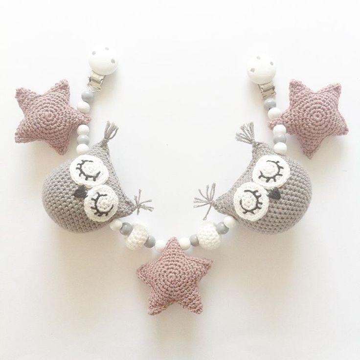 Barnevognskæde #hækletbarnevognskæde #barnevognskæde #crochet #crocheting #hækling #hæklet #hækle #handmade #diy #crochetowls #crochetstars #star #stars #owl #owls #hækletstjerner #stjerner #hækletugler #ugle #nårtoblivertiltre #hæklingtilbaby