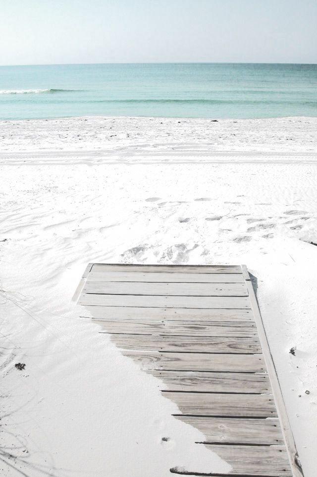 Le sable blanc qui mène à une mer et une eau bleu azure, tout ce qu'on attend d'une jolie plage en été !