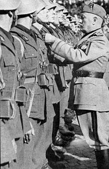 Mussolini decora militi verosimilmente appartenenti a Battaglioni M
