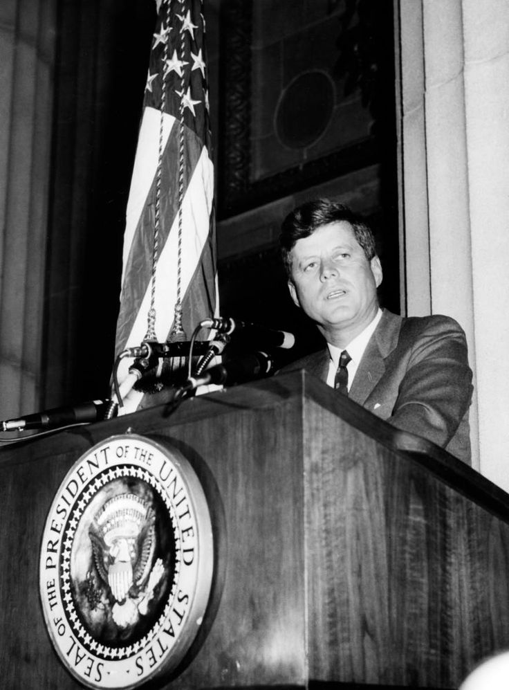 1962. 31 Octobre. By Abbie ROWE. JFK addresses the Graduating Class of the FBI National Academy