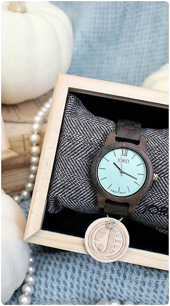 Perfect timing for fall... | Photo @rusticpigdesign of IG | Find the watch, the new Frankie35 Dark Sandalwood & Mint at woodwatches.com - free shipping worldwide!