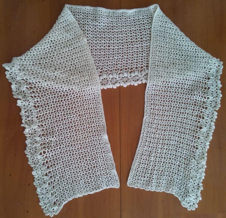 Stola fiore bianco realizzata in lana. Lavorazione all'uncinetto. Crochet.