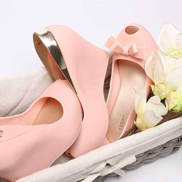 Jest pięknie ☺️ w weekend będzie można założyć coś wiosennego już ☺️ #vices #vicesshoes #shoes #wedge #polbut #nakoturnie #gumowe #melliski #słodkie#pinky #pink #rosequartz #happy #gilrs #polishgirl