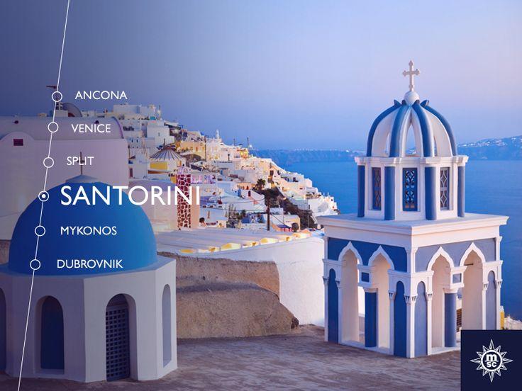 Zet je tenen in het zwarte zand van Santorini's vulkanische stranden en geniet van het karakteristieke eiland met witte en blauwe huizen! #MSCArmonia