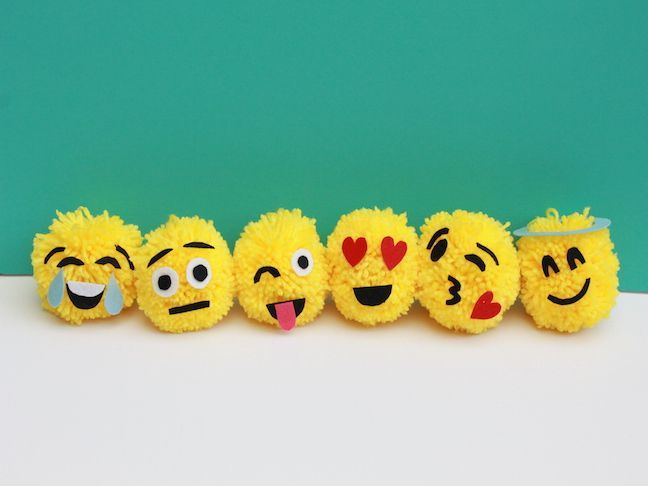 These emoji ornaments are totally fun and a cinch to make! What's great about this project is that I recently found a new simple way to make yarn pom poms.