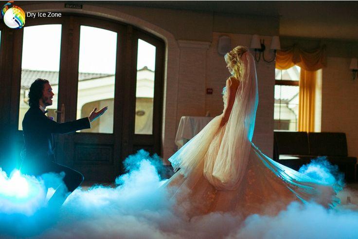 Taniec w chmurach. Obecnie wesele nie może się obejść bez suchego lodu dzięki któremu można stworzyć niezapomniane efekty specjalne. Taniec w chmurach młodej pary jest jednym z wielu atrakcji które można stworzyć wykorzystując suchy lód.  Gęsta mgła, niczym dym ścielący się tuż przy powierzchni w którym odbywa się taniec młodej pary wygląda tak jakby młoda para oderwała się o ziemi. Młoda para tańczy w chmurach zapraszając https://www.facebook.com/suchyloddryicezone/posts/1546433142087881:0