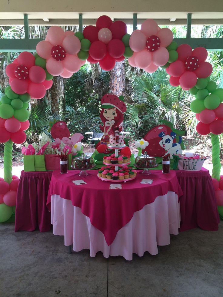 Pink #Red #Flower Baloon arch #Life -size #Baby Shower Ideas for #Girls | Strawberry Shortcake | My sisters baby shower ++++ Decoracion de fiesta niña Arco de globos flores Rosa rojo y globos verdes Tamaño natural