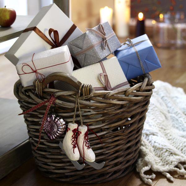 Weihnachtskorb mit Geschenken. Viele schöne Geschenkideen finden sie auf unserer Seite http://www.bellaluce.de/  Z.B schöner edler Diamantschmuck. Geschenkideen aus Diamant für den geliebten Partner. #weihnachten #geschenke