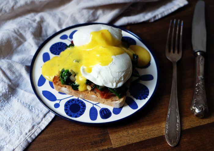 Zum Frühstück Eier Florentiner Art