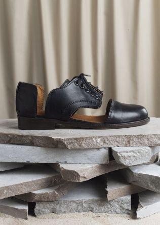 love them: Minimarket Shoes, In Love, Cutout Shoes, Black Shoes, Leather Shoes, Cut Outs, Favourit Shoes, Design Art Form, Shoes Cut