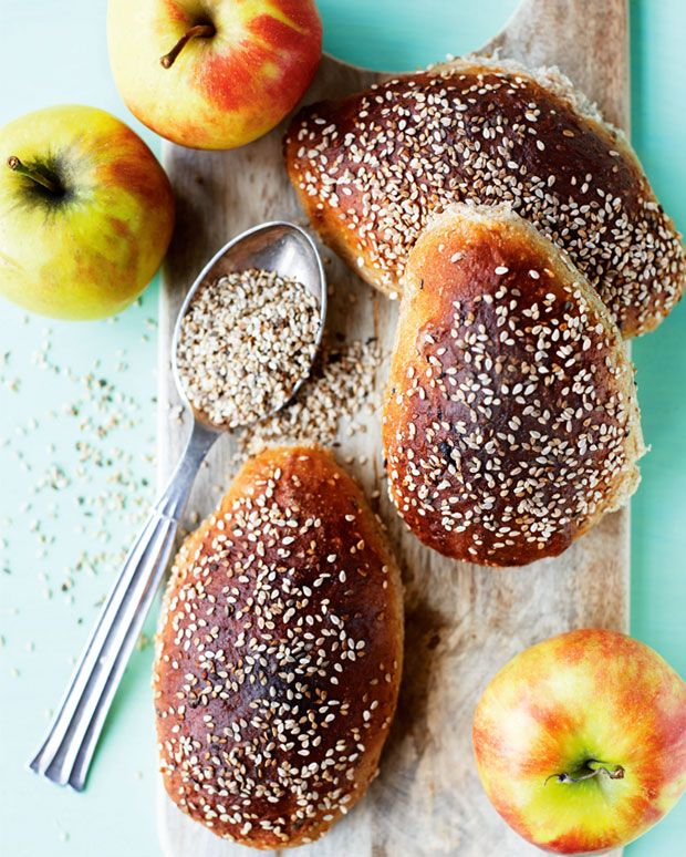 Æbleboller med sesamfrø har en dejlig saftig krumme.