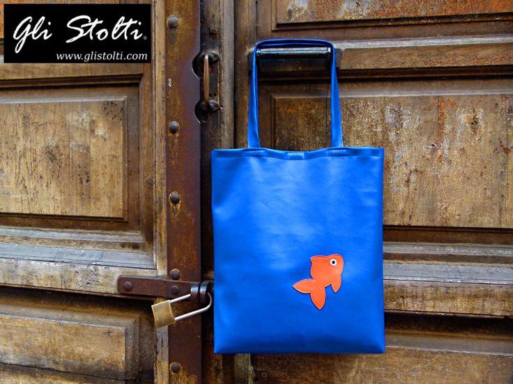 """Shopping bag artigianale in ecopelle lavorata a mano """"Goldie nell'Acquario"""". Vai al link per tutte le info: http://glistolti.shopmania.biz/compra/shopper-in-ecopelle-goldie-nell-acquario-523 Gli Stolti Original Design. Handmade in Italy. #glistolti #moda #artigianato #madeinitaly #design #stile #roma #rome #shopping #fashion #handmade #style #bags #borse"""