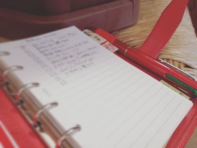 常に手帳が開けるわけでも、連続して思考できるわけでもないママライフ。  整理すべきこと、ゆっくり考えたいこと、思い出したいことなどの地図を冒頭に書き出しています。 このメモだけは子供から手が離せるときなら開いて良いことにしている自分ルール。  夜開いて確認してとりかかれるものから取り掛かってみたり。 「えっーとー…なんだっけー(T_T)」から解放されたくて。  #手帳沼 #ミニ6穴  #ロロマクラシック #レイメイ藤井  #ダヴィンチ手帳 #赤い手帳 #システム手帳 #本革 #赤ロロマ #能率手帳ゴールド #能率手帳 #万年筆 #プラチナセンチュリー #platinumcentury #platinum3776 #3776  #コレト #多色ボールペン
