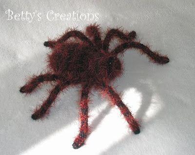 Spinne häkeln....auf der Seite (http://bettys-creations.blogspot.de/2010/10/tarantula-mit-anleitung.html  ) gibt es die kostenlose Anleitung  mit vielen Bildern zum nachmachen.