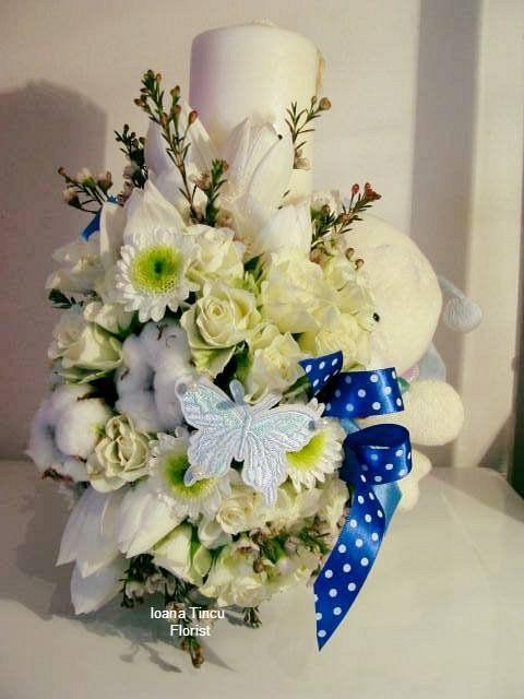 Lumanare Botez Baiat H 35cm Cu Aranjament Floral Frontal Si Plus
