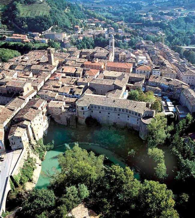 Urbania (PU) cittadina protetta dal fiume Metauro per tre lati