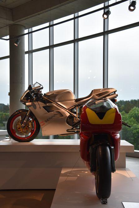 "1994 Ducati Supermono monocilíndrico racer (delantero), 1997 Ducati 916 ""Senna"" construido por Ducati como un homenaje a la gran corredor de F1 que amaba Ducati de"