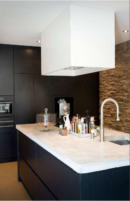 Mymoodz betonnen keukenblad 70er jaren bungalow #concretecountertop #kitchen #contrastkleuren #zwartwit #contrast #blackwhite #interiordesign