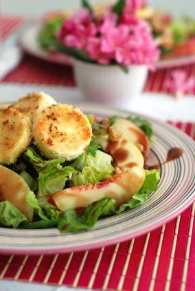 Esta ensalada es una receta típica francesa pero con un toque de fusión con los duraznos.  El queso de cabra se dora en aceite de oliva y se pone sobre una cama de lechugas con duraznos.