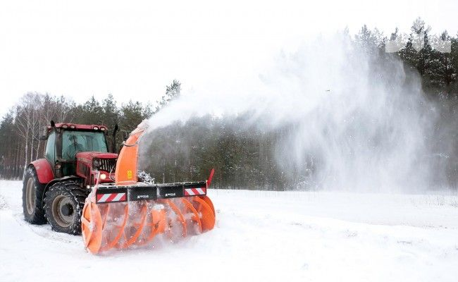 New snowblower Pronar OFW 2.6 is the ideal device for removing thick layers of snow, ice and slush, especially dense from any surface, regardless of its thickness and structure. It will prove ideal on residential streets, roads, parks and very large areas, and places where the plow is not able to remove the snow cover or the it is necessary to collect and transfer the material aside. The working width of 2,6m allows de-snowing of large surfaces in just one pass.