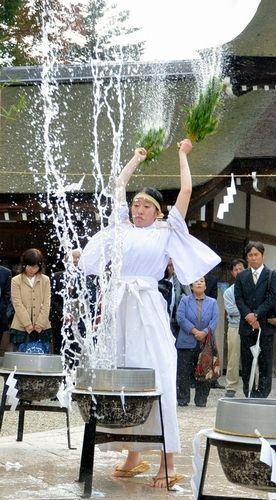 ササを振り上げ、熱湯をまく巫女=淡路市多賀の伊弉諾神宮