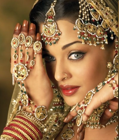 We love the variety of jewellery on this bride! visit www.yourdreamshaadi.co.uk to find the most original jewellers for your wedding!