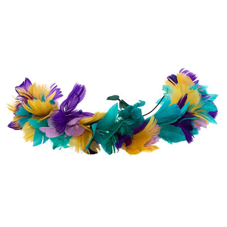 Semi corona de plumas verde jade, verde mar, mostaza y azulón, con detalles de hortensias en lila. De Olivia & Cloe (CPV).