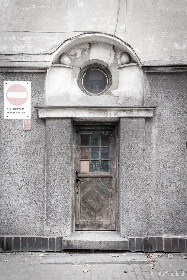 Boczne wejście do Teatru Baj w dawnym Gmachu Wychowawczym Michała Bergsona, ul. Jagiellońska, Warszawa