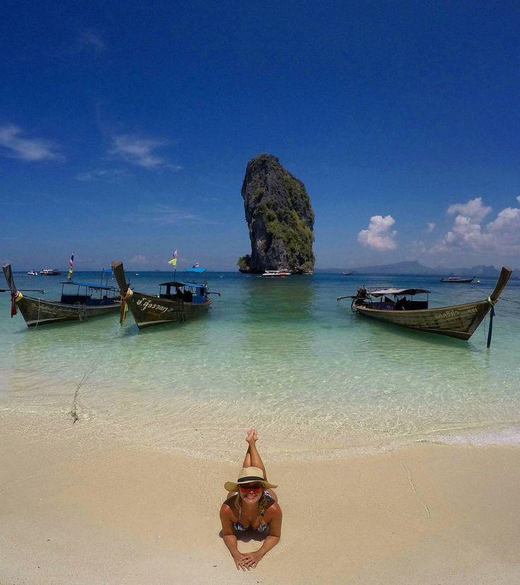 Passando por sua timeline com muito azul e verde só para avisar que o Roteiro completo dos 17 dias que passamos pela Tailândia já está no Blog! Vejam o link na bio 💙💙 Algumas infos só para dar um gostinho: ↘ Mês: Março ↘Melhor época do ano: . Mar de Andaman: Fevereiro e Março (em regra, de Dezembro a Março, mas nós últimos anos choveu muito em Janeiro) . Golfo da Tailândia: Março a Julho ↘ Como chegamos: entramos por Bangkok de avião