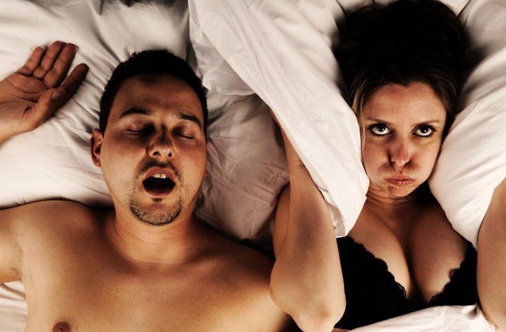 Chi è soggetto ad un russamento intenso dovrebbe farsi visitare dal medico per escludere il rischio delle apnee durante il sonno. Il problema di un russamento preoccupante sono la frequenza costante degli episodi.