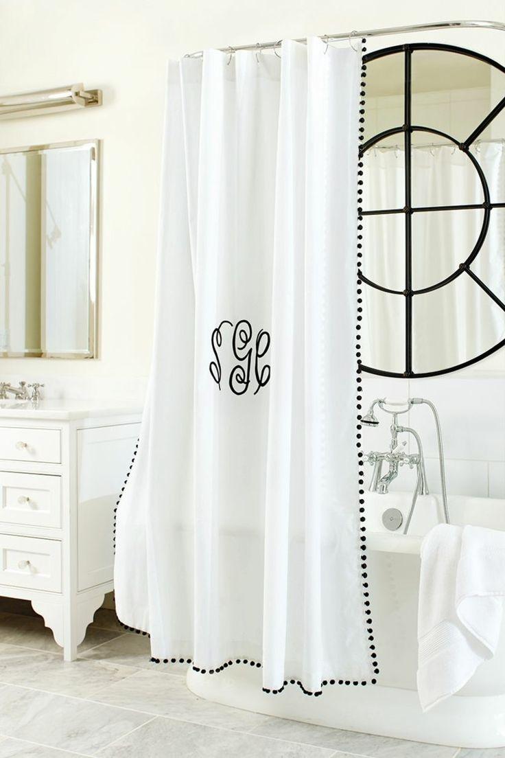 rideau de douche décoré de monogramme noir et guirlande de pompons en laine