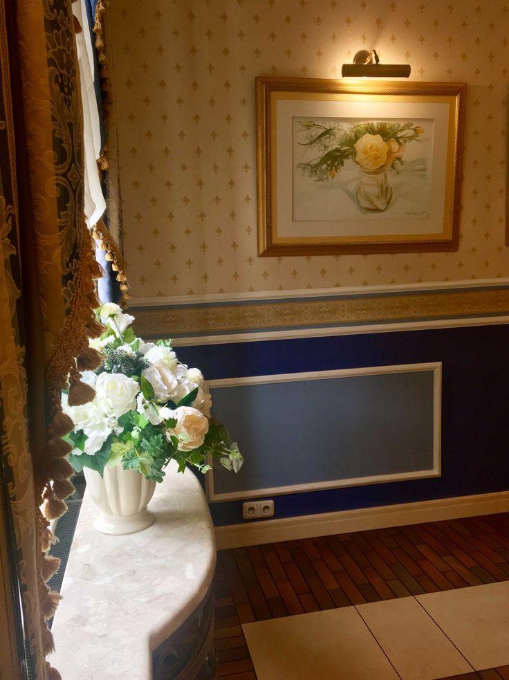 bukiet sztucznych kwiatów Creamosa z naszej pracowni w restauracji Hotelu Aleksander