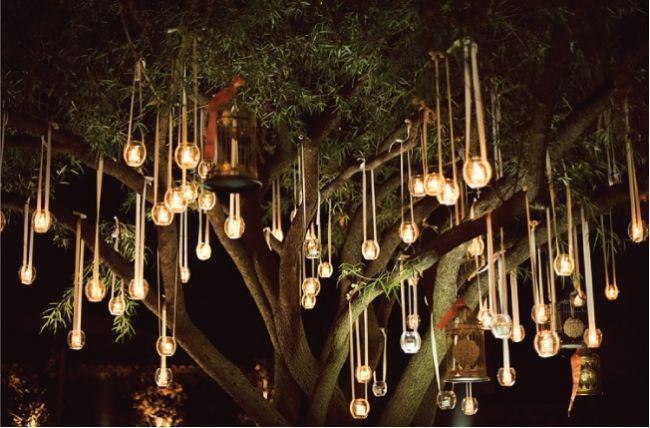 (Foto 7 de 12) Estas velas en pequeñas esferas de cristal y pendiendo de este árbol recrean un ambiente mágico. Decoración con adornos colgantes para Bodas. Imagen: Style Me Pretty, Galeria de fotos de Decoración con Adornos Colgantes para Bodas