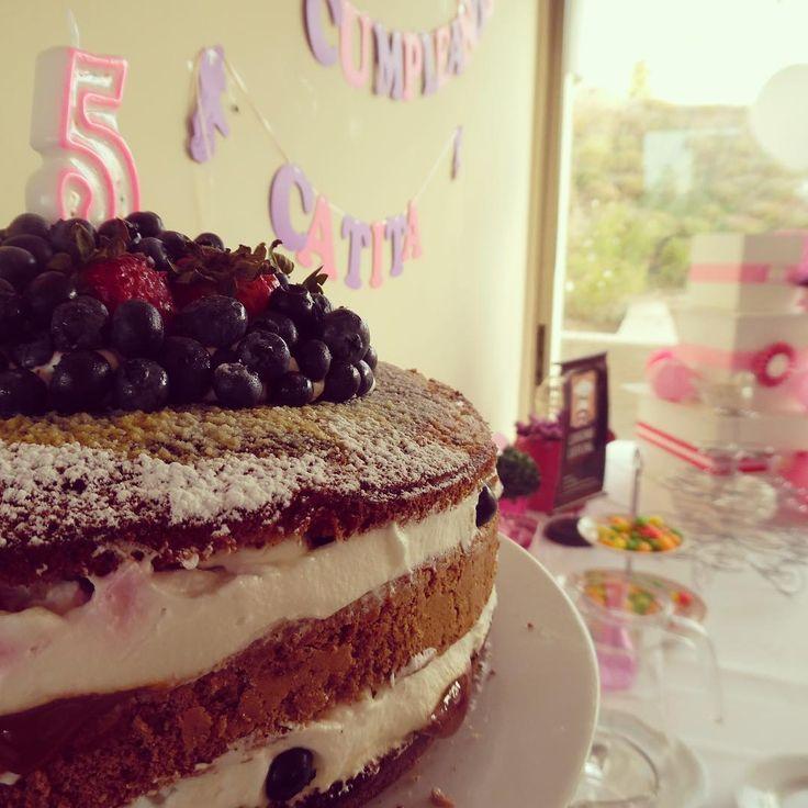 Esta fue nuestra torta desnuda  con frutillas  y arándanos para Catita  que ayer celebró sus cinco años #CateringForKids #nakedcake #berries #felizcumpleaños #banquetería #catering #Curauma #Placilla #Valparaíso #instacurauma #curaumacity #yummy #happybirthday #curaumacatering  #ElChefesSeco #CondominioBosqueRealCurauma