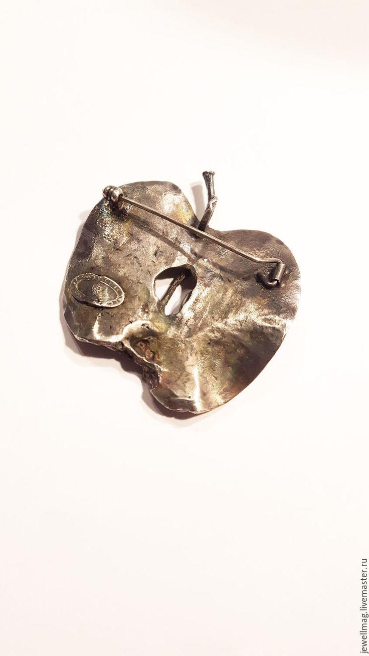 Купить или заказать Брошь из серебра 'Яблоко' в интернет-магазине на Ярмарке Мастеров. Брошь ручной работы 'Яблоко' выполнена из серебра 925 пробы и граната овальной формы. Брошь очень стильная, оригинально дополнит строгий женский костюм, а также станет незаменимым аксессуаром для любительниц неординарных, изысканных вещей, имеющих шарм и загадку. Возможно выполнение брошей, кулонов, серег по мотивам данного изделия с различными полудрагоценными камнями на Ваш выбор.