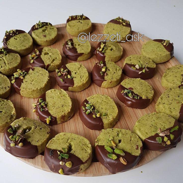 Fıstıklı un kurabiyesi ❤ Sayfamın ilk videolarından çekim videosu asagılarda..Çok denenen sevilen tariflerden😙 Tarifi yeniden ekliyorum.. Antep fıstıklı rulo kurabiye 125 gr yumusamış tereyag 3 yemek kasıgı pudra sekeri 3 çay bardagına yakın un 1 çay bardagı antep fıstığı Üzeri için: Yarım paket çikolata (40 gr ) Yapılışı: Yumusamış tereyagını pudra sekeri ile birlikte en az 5 dakika mikserle çırpalım.ardından 3 cay bardagından biraz az un ekleyelim.yumusak bir hamur olsun.son olarak…