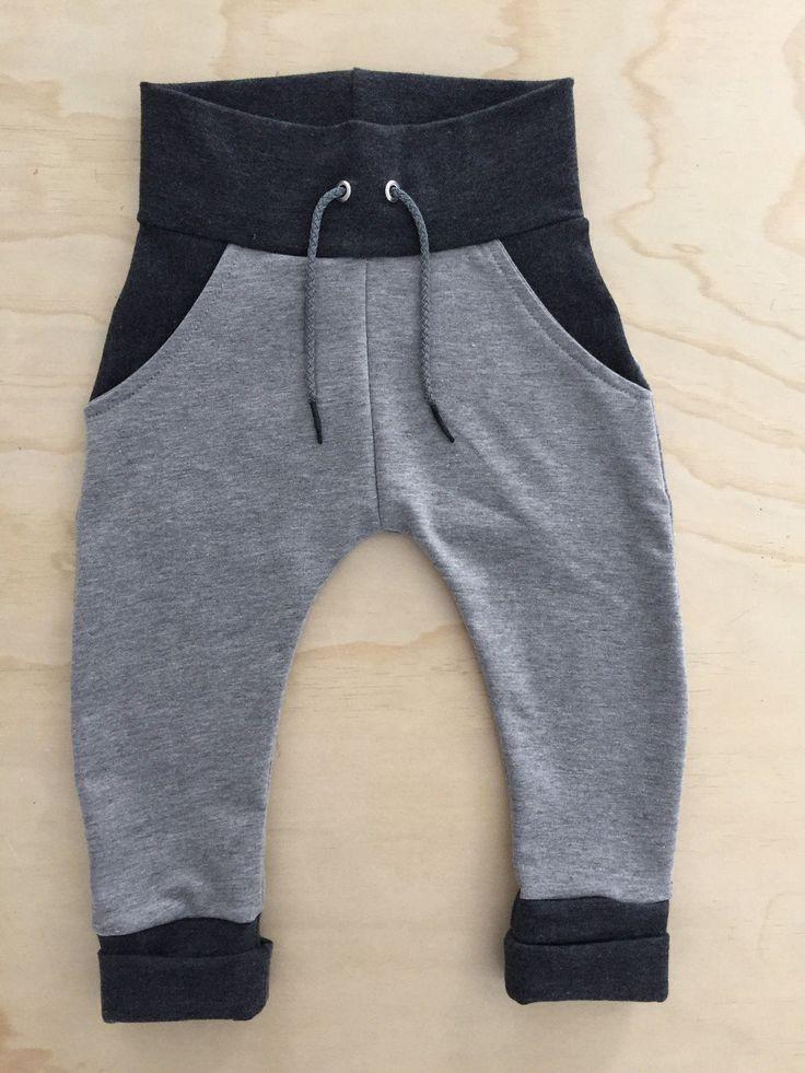 Pantalon évolutif de style harem Fait dans un tricot de type french terry qui est durable, résistant et confortable, pour que vos petits puissent bouger en toute liberté. Les larges bandes élastiques à la taille et aux chevilles se déroulent pour évoluer au même rythme que votre enfant. Le cordon à la taille permet également un meilleur ajustement. Ce pantalon est parfait pour le portage et avec les couches lavables.  Grandeur disponible 0-6 mois : 2 6-12 mois : 2 12-24 mois: 2 2-3 ans : 2…