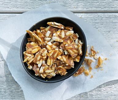Lyft din efterrätt med ett hemmagjord knäckig krokant på solrosfrön, smör och socker. Perfekt som strössel på glass eller fruktsallad. Mums.