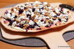 Ein winterlicher Flammkuchen belegt mit Rotkohl, Apfelstücken, Feta und Walnüssen. Mit gelingsicherem selbstgemachtem Flammkuchenteig ohne Hefe!