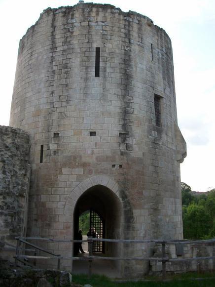 """Coudray-Salbart. - """".. acquitter envers ses vassaux poitevins la dette de reconnaissance établie par son père"""". C'est par force que Guillaume V Larchevêque va exiger le paiement des sommes promises. L'objectif était d'attaquer les villes et chateaux que le roi d'Angleterre possédait en Poitou et d'en ravager les alentours. Niort, l'une des places fortes les plus importantes tenues par les Anglais, était aussi la plus proche de la Gâtine à partir de Coudray-Salbart."""
